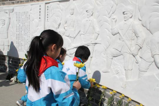 河北张家口两百余师生诗歌朗诵追思祭奠革命英烈
